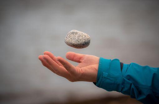 Jugendliche werfen Steine auf vorbeifahrende Autos