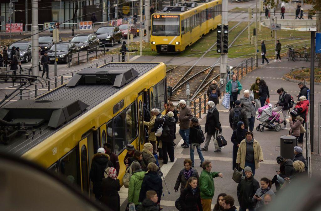Die Seniorin benötigt ein Abo für die öffentlichen Verkehrsmittel. Foto: Lichtgut/Max Kovalenko