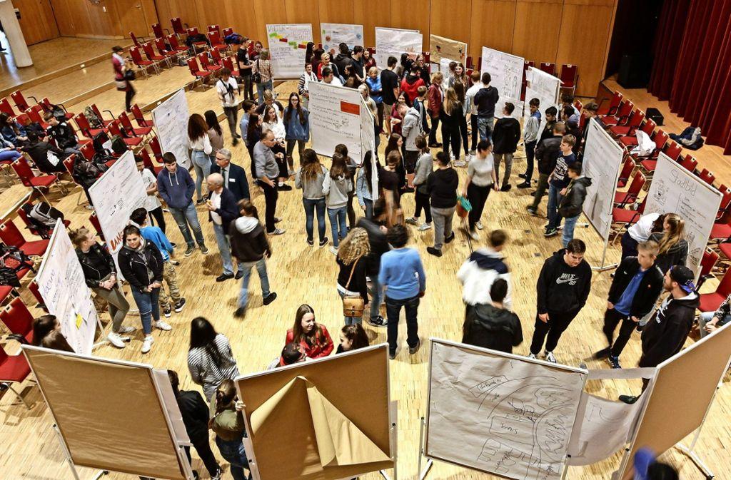 Beim Jugendforum in der Stadthalle visualisieren Schüler ihre Ideen für Leonberg auf Plakatwänden. Eine ist die Einrichtung eines Jugendausschusses. Foto: factum/Archiv