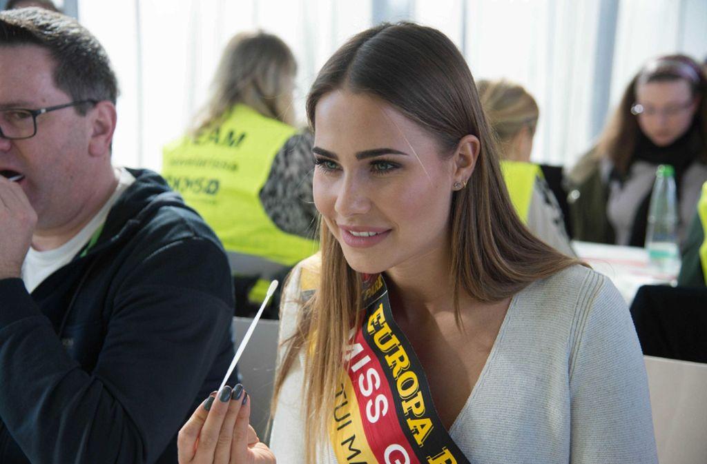 Miss Germany Anahita Rehbein lässt sich typisieren. Foto: SDMG