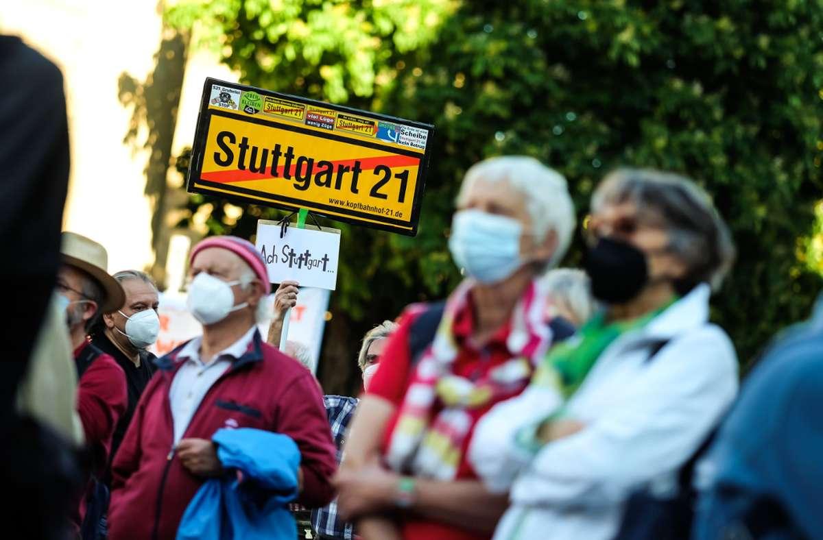 Etwa 300 Menschen demonstrierten in Stuttgart. Foto: Max Kovalenko/Max Kovalenko