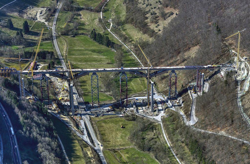 Die erste Fahrbahn der Filstalbrücke überspannt inzwischen das Tal. Dennoch ist der Brückenbau gegenüber den Planungen im Rückstand. Foto: Deutsche Bahn AG/Arnim Kilgus