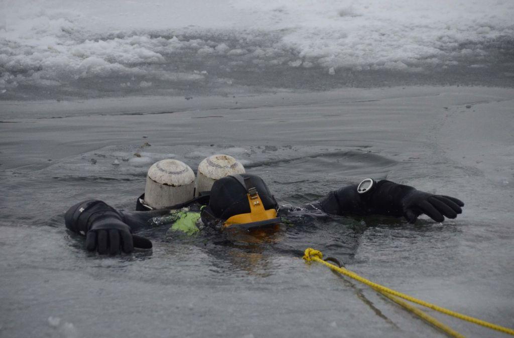Taucher und Eisatzkräfte der Feuerwache Bad Cannstatt trainierten auf dem gefrorenen Max-Eyth-See die Rettung von eingebrochenen Personen. Foto: Andreas Rosar