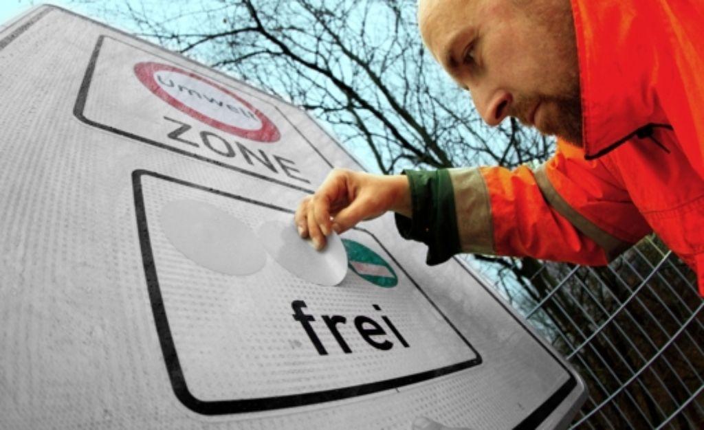 Die Umweltzone Stuttgart könnte nach einer roten, gelben und grünen Plakette schon bald eine blaue für besonders schadstoffarme  Fahrzeuge bekommen. Foto: dpa