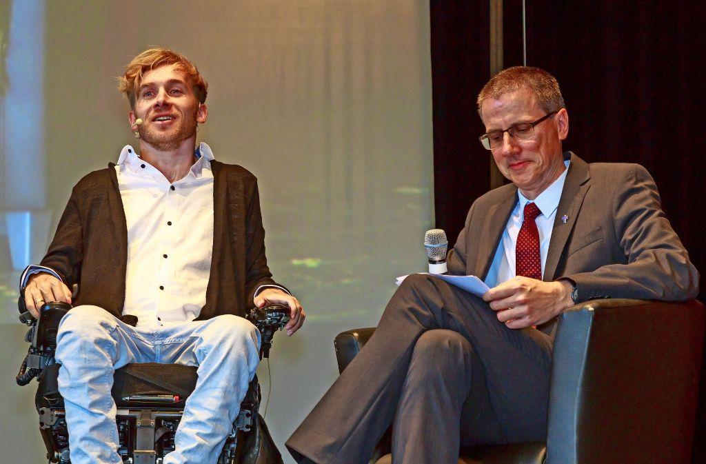 Samuel Koch (links) im Gespräch mit dem Sielminger Pfarrer Tobias Geiger Foto: Thomas Krämer