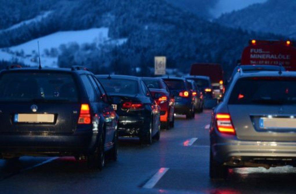 Im morgendlichen Berufsverkehr auf der Bundesstraße 10 verliert am Mittwochmorgen der Fahrer eines Lkw bei Stuttgart-Wangen zwei Reifen. Der Verkehr staut sich in der Folge stundenlang. Foto: dpa / Symbolbild