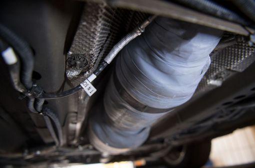 Dieb schraubt an acht Fahrzeugen Teile ab