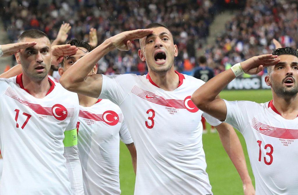 Auch die türkische Nationalmannschaft salutierte während und nach dem Spiel gegen Frankreich. Foto: dpa/Thibault Camus