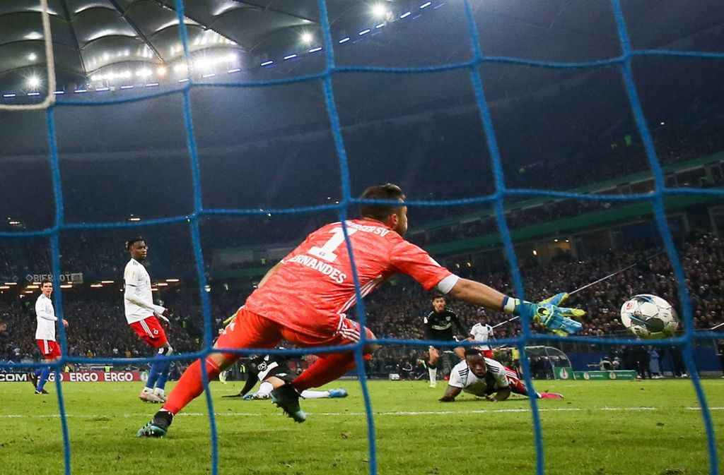 VfB-Joker Hamadi Al Ghaddioui (verdeckt) trifft in Hamburg zum 2:1. Foto: dpa/Christian Charisius