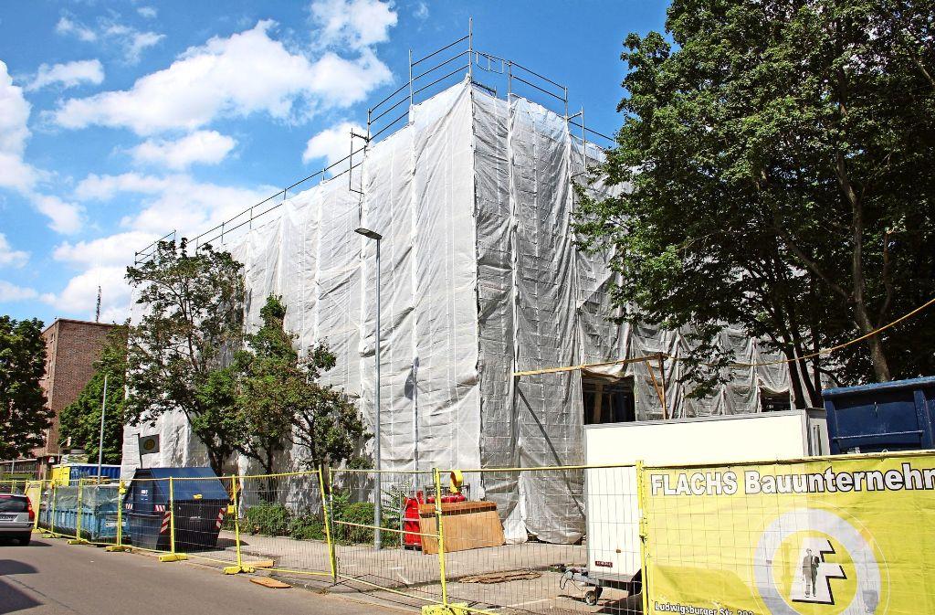 Eingewickelt in weißes Tuch: Das Hallenbad Feuerbach  wird derzeit  von Schadstoffen befreit und grundlegend saniert. Foto: Torsten Ströbele