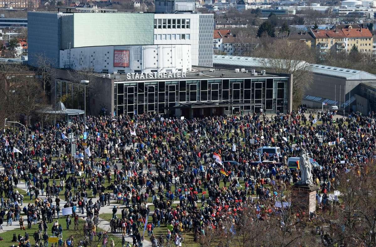 Rund 20.000 Demonstranten hatten sich am Samstag in Kassel versammelt. Foto: dpa/Swen Pförtner