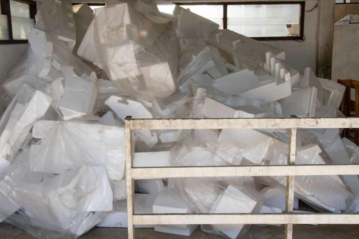 So entsorgen Sie Styropor richtig. Foto: SAYAN MOONGKLANG / shutterstock.com