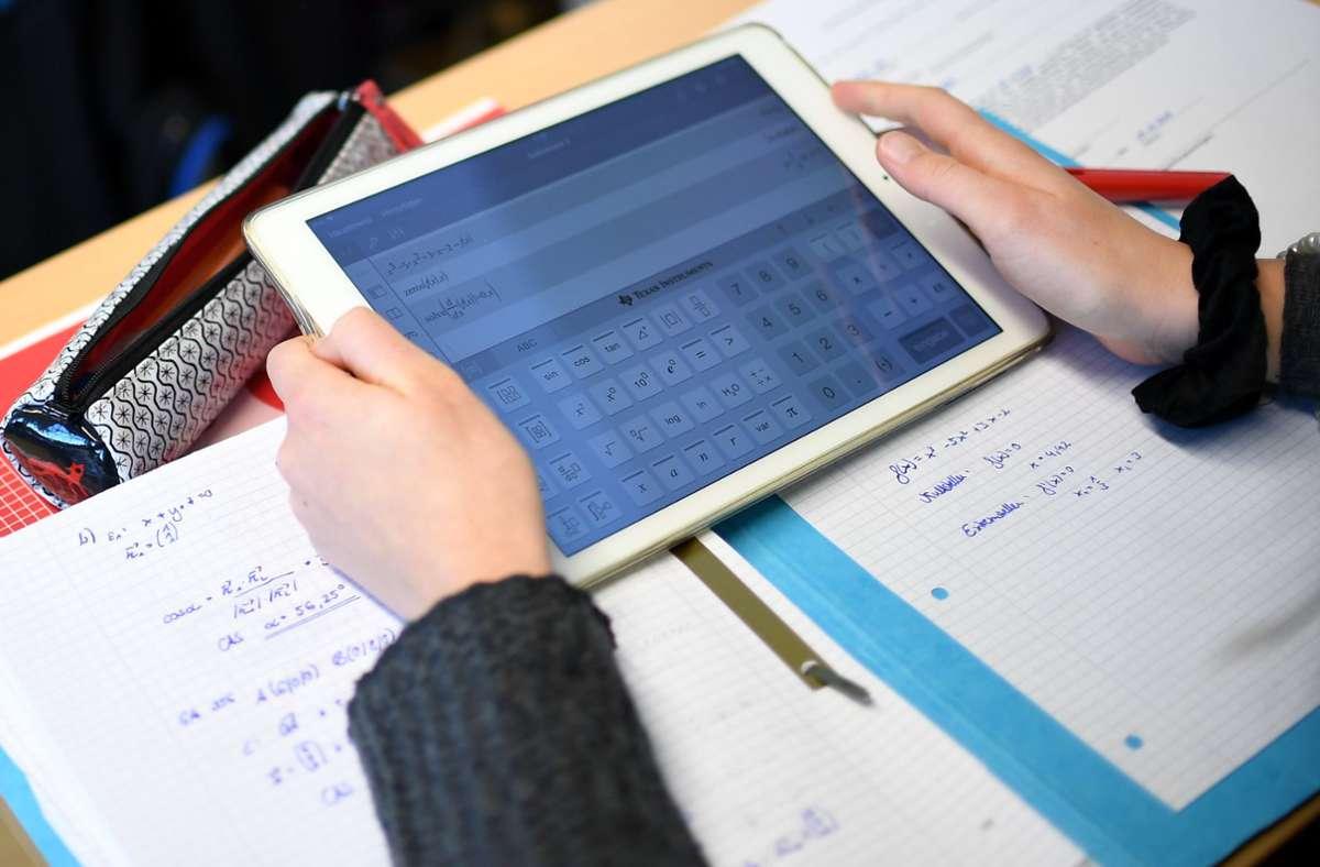 Nach Ansicht von Bildungsverbänden gibt es beim digitalen Wandel an Baden-Württembergs Schulen Versäumnisse. (Symbolfoto) Foto: dpa/Britta Pedersen