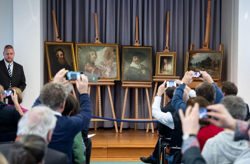 Die wieder aufgetauchten Gemälde werden bei einer Pressekonferenz zur Rückführung von fünf gestohlenen Gemälden in die Stiftung Schloss Friedenstein Gotha präsentiert. Foto: dpa/Bernd von Jutrczenka
