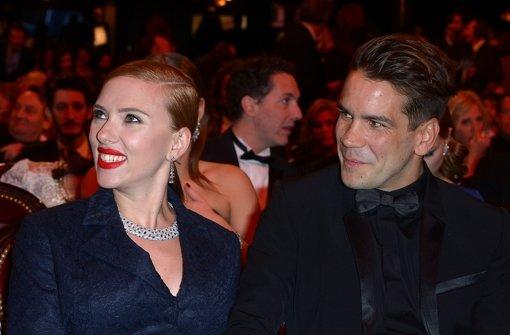 Scarlett Johansson hält ihre neue Liebe ganz fest