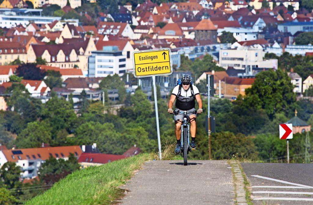 Nicht mehr lange müssen sich Radler über den maroden Fußweg nach Ostfildern hinaufplagen. Foto: /Horst Rudel