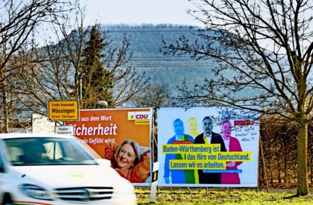 Ein paar Plakate machen deutlich: auch in Mössingen ist der Wahlkampf angekommen. Dahinter geht es auf die Alb rauf. Foto: Klaus Franke