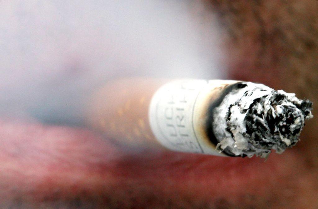 Rauchen ist gefährlich und am Arbeitsplatz meist verboten. Foto: dpa Foto: