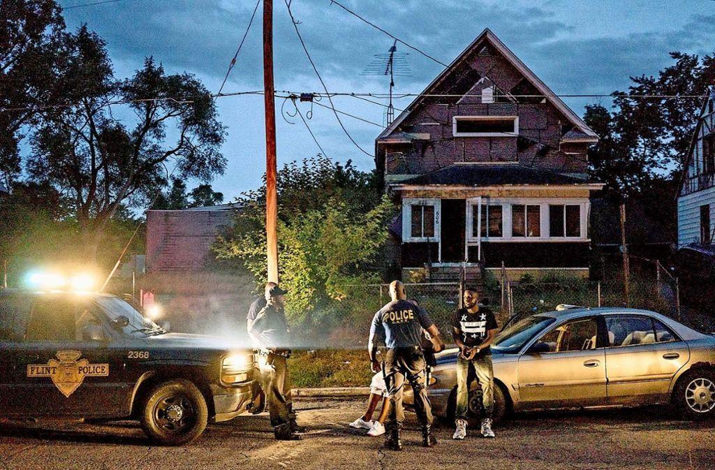 Vor einem Abbruchhaus in Flint nimmt die Polizei Drogendealer in Gewahrsam. Foto: Netflix