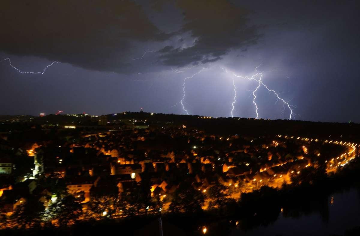 Bereits in der Nacht auf Samstag schlugen Blitze am Stuttgarter Burgholzhof und am Schnarrenberg ein. In unserer Fotostrecke Sehen sie weitere Bilder vom Unwetter in Baden-Württemberg. Foto: Andreas Rosar / Fotoagentur-Stuttg