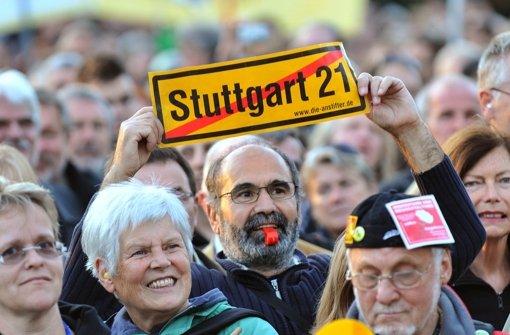 Demonstrationen gegen Stuttgart 21 haben lange Zeit das Stadtbild der Landeshauptstadt geprägt. Was Passanten auf der Königstraße von dem umstrittenen Bahnprojekt halten, lesen Sie in der folgenden Fotostrecke. Foto: dpa