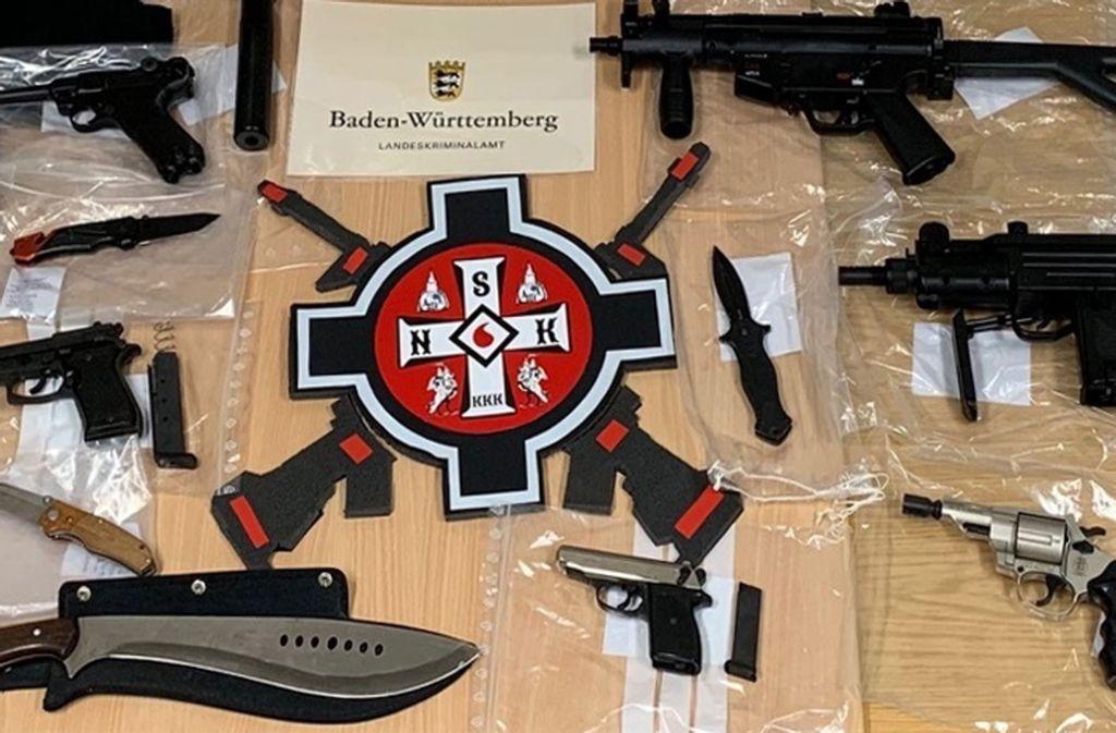 Waffen und Embleme rechter Gruppiereungen liegen nach einer Razzia gegen mutmaßliche Ku-Klux-Klan-Mitglieder auf einem Tisch. Foto: Staatsanwaltschaft Stuttgart