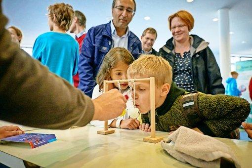 Wissenschaft anschaulich gemacht: für große und kleine Besucher gab es verschiedene Mitmachstationen. Foto: Heinz Heiss