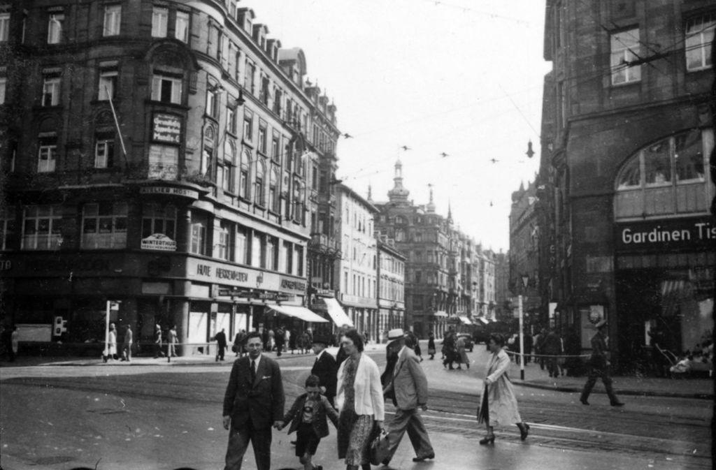 Blick in die Tübinger Straße vom heutigen Rotebühlplatz beziehungsweise der abknickenden Königstraße aus. In der Bildergalerie spazieren wir virtuell bis zum Marienplatz. Foto: Stadtarchiv Stuttgart