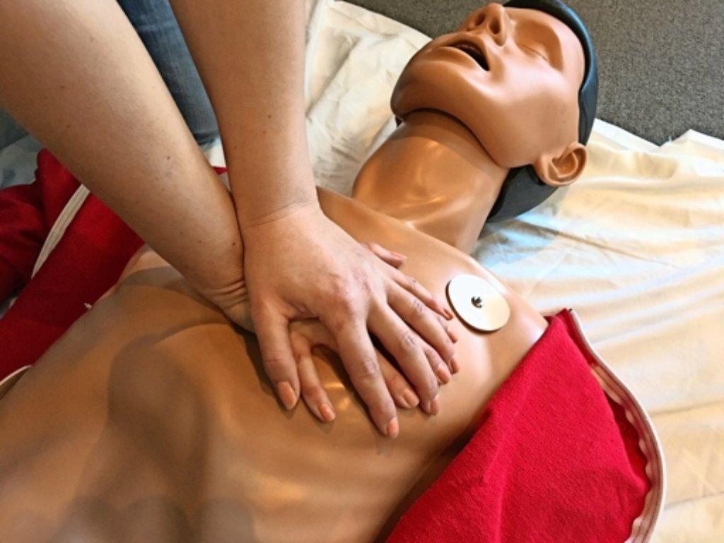 Was im Falle eines Herzstillstandes zu tun ist, vermitteln die erfahrenen Rettungskräfte kurz und prägnant. Foto: privat