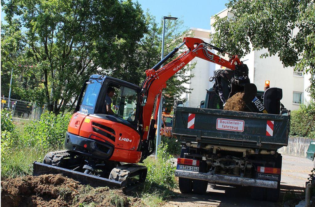 Bauarbeiter haben am Donnerstag den Fußweg zur Straße umgebaut. Foto: Caroline Holowiecki
