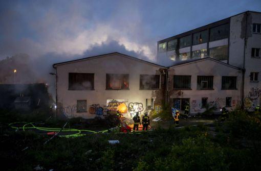Feuer bricht in altem Firmengebäude aus