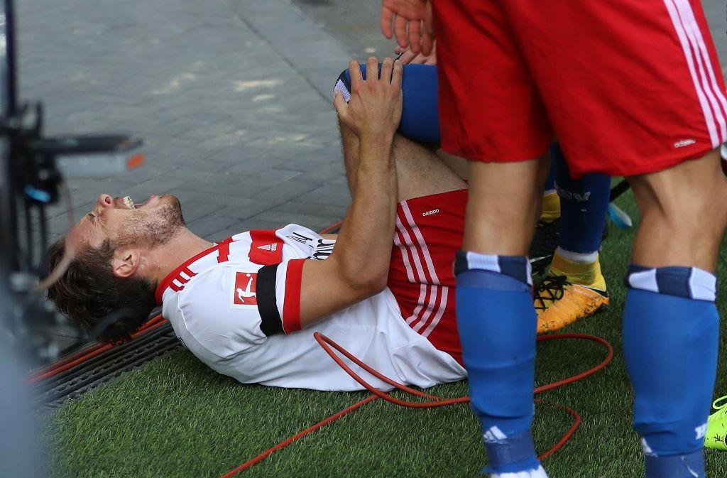 HSV-Profi Nicolai Müller liegt nach seinem Tor verletzt am Boden. Foto: Bongarts