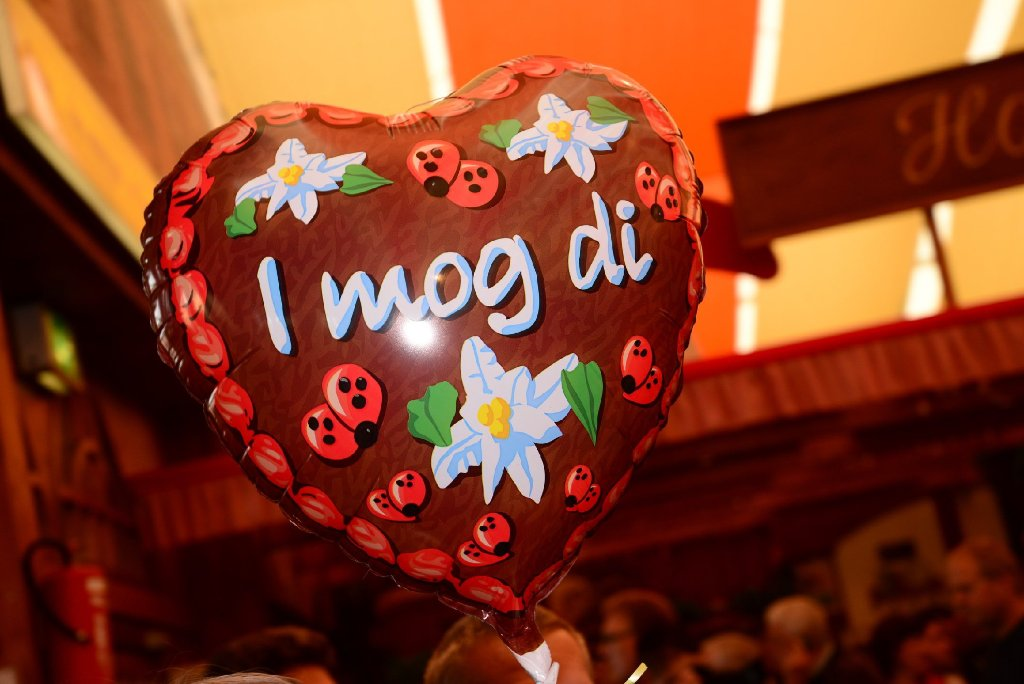 I mog di auf einem Luftballon oder Spatzl auf einem Lebkuchenherz. Vor allem zur Volksfestzeit vom 26. September bis zum 12. Oktober gibt es auf dem Cannstatter Wasen jede Menge Möglichkeiten seine Zuneigung auszudrücken. Was man sonst noch rund um den Wasen wissen sollte, erfahren Sie in unserer Bilderstrecke. Foto: www.7aktuell.de |