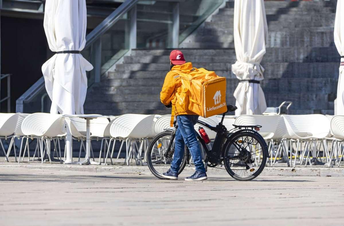 Ein Lieferando-Kurier in der Stuttgarter Innenstadt Foto: imago/Arnulf Hettrich