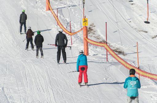 Skifahrer genießen Saisonbeginn auf dem Feldberg