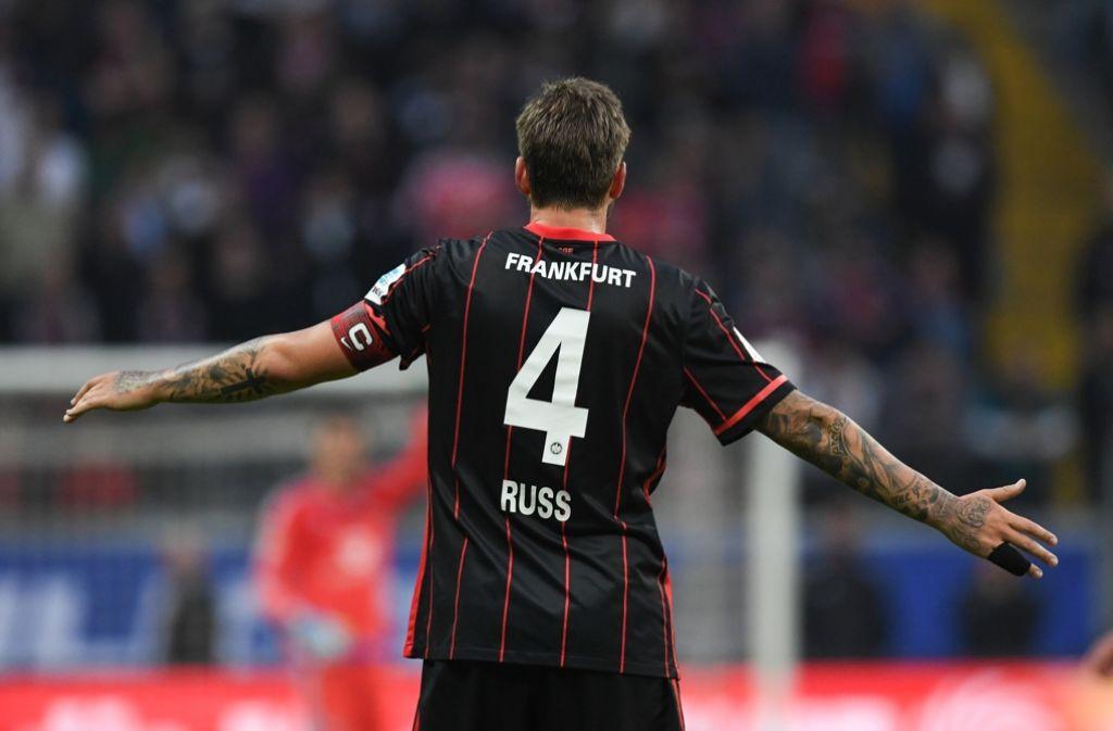 Ungeachtet vom Drama um den Krebspatienten Marco Russ hat sich Eintracht Frankfurt eine kleine Chance auf den Verbleib in der Fußball-Bundesliga erhalten. Foto: dpa