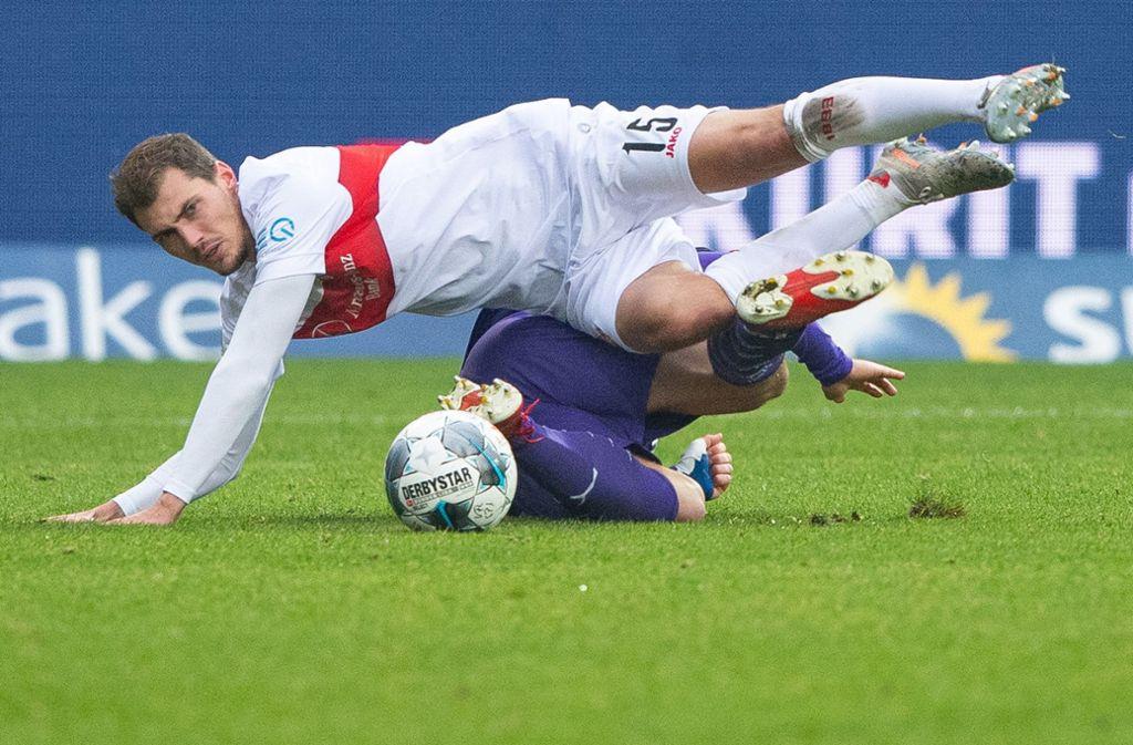 Und wieder über einen vermeintlich Kleinen gestolpert: Pascal Stenzel (oben) und der VfB Stuttgart im Spiel beim VfL Osnabrück Foto: dpa/Guido Kirchner