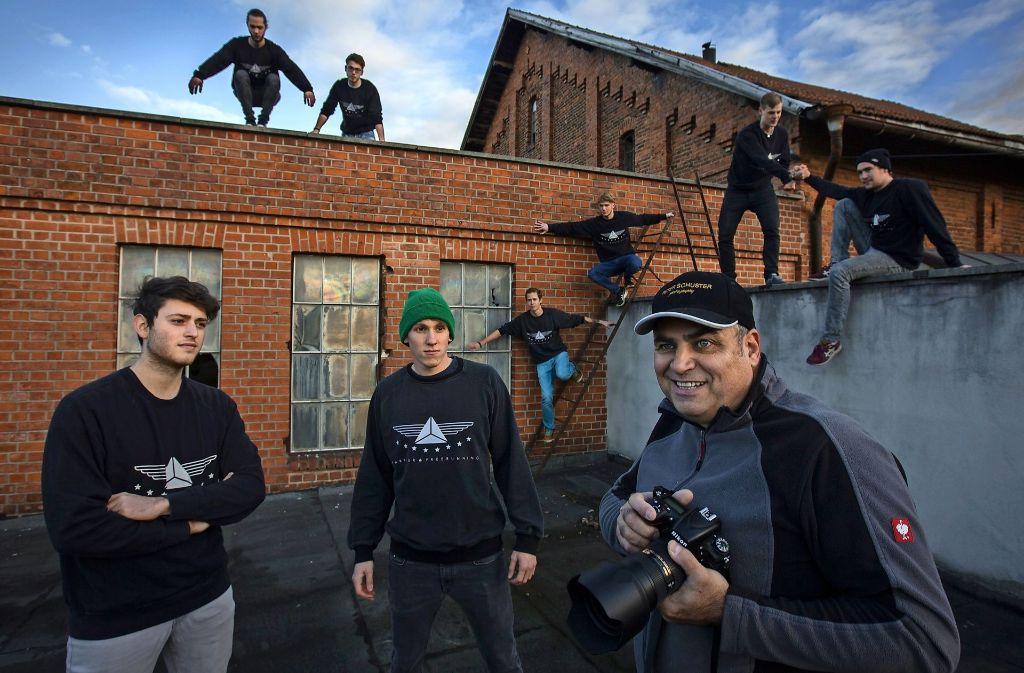 Über den Dächern von Waiblingen: Der Fotograf Peter Schuster und seine Models von der Parkour-Gruppe Obstac. Foto: Michael Steinert
