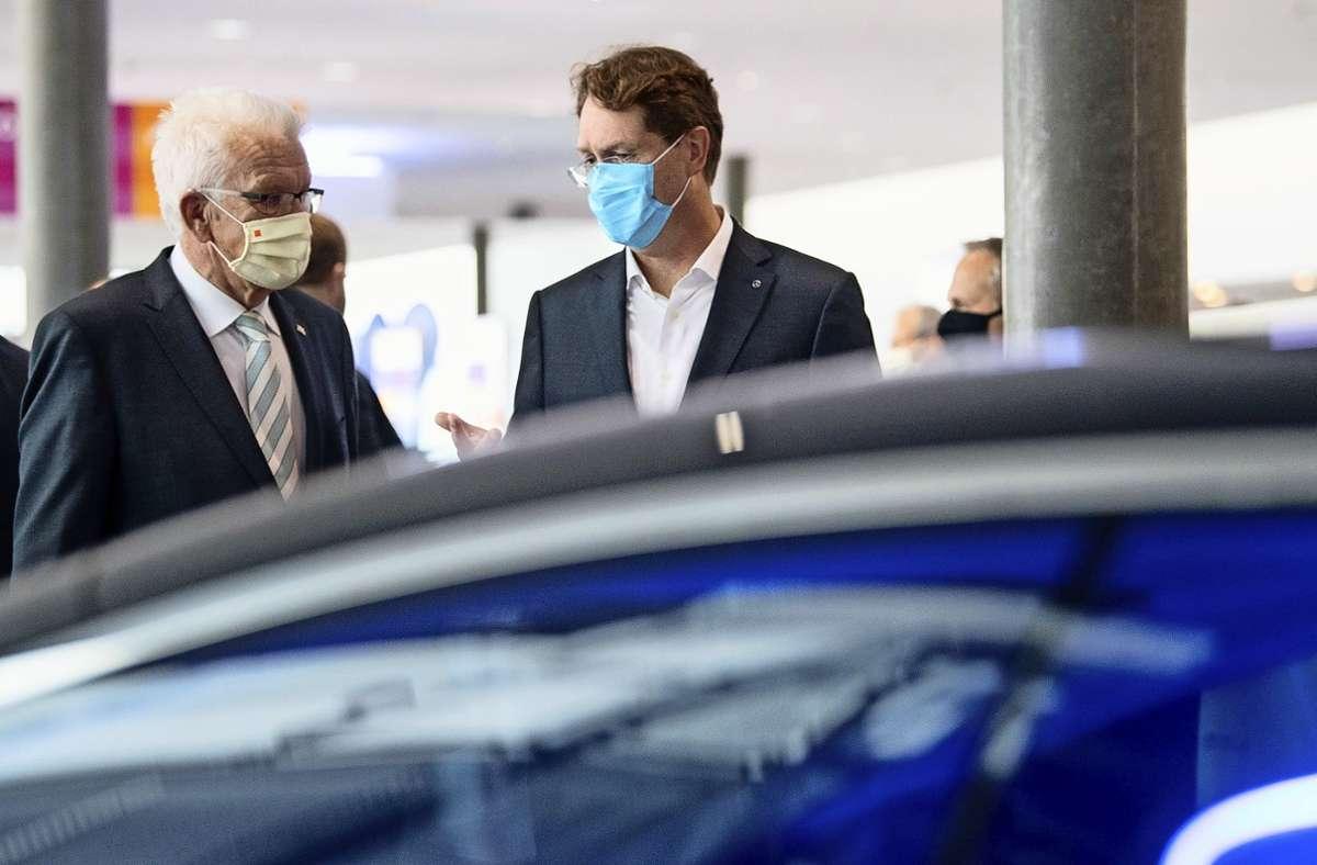 Winfried Kretschmann und Daimler-CEO Ola Källenius beim «Strategiedialog Automobilwirtschaft BW». Foto: dpa/Sebastian Gollnow