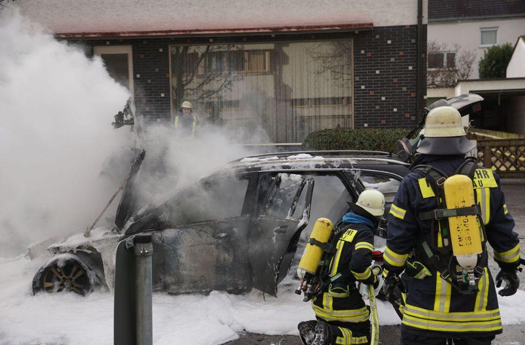 Der Mercedes brannte im vorderen Bereich komplett aus. Foto: SDMG/SDMG / Woelfl