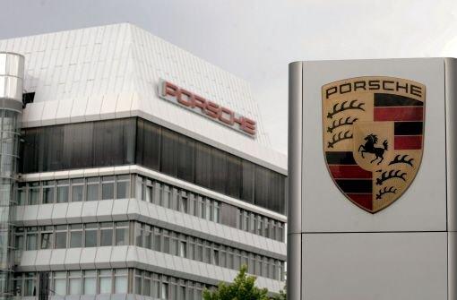 Die Porsche-Dachgesellschaft hat sich nach dem Übernahmedebakel bei VW wieder aus dem Schuldensumpf befreit. Milliarden liegen auf der hohen Kante - und sollen bald in neue Beteiligungen fließen. Foto: dpa