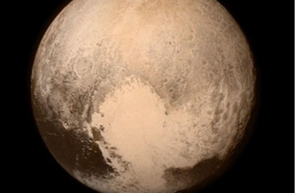 Der Pluto, aufgenommen am Montag aus einer Entfernung von rund einer Million Kilometern. Gut zu erkennen ist eine weiße herzförmige Fläche südlich des Äquators. Foto: Nasa