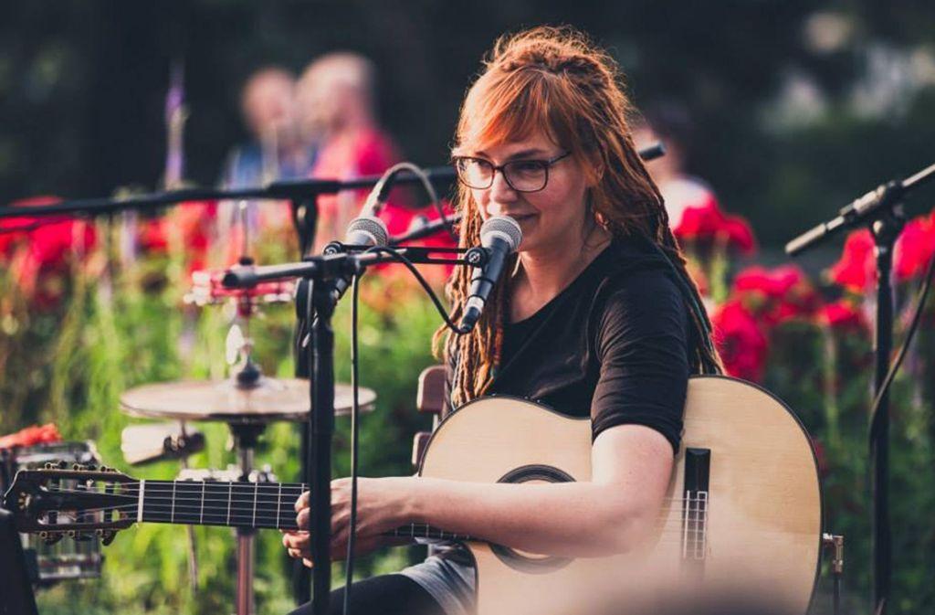Bea Bacher alias Beatrice Bacher ist gerne allein mit ihrer Gitarre auf der Bühne.  Foto: Ilkay Karakurt