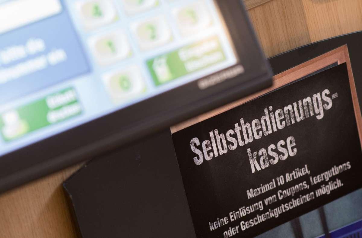 Auch in Filialen der Edeka-Gruppe tauchen Selbstbedienungskassen auf. Die Ketten arbeiten auch an Handyapps für digitales Bezahlen. Foto: dpa/Swen Pförtner