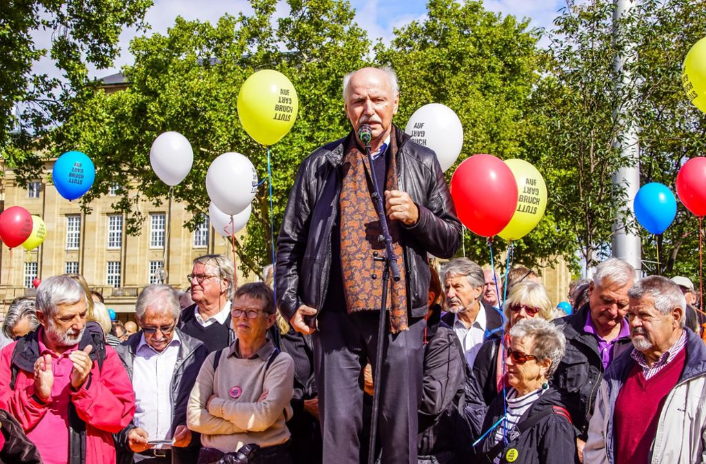 Wieland Backes inmitten seiner Getreuen. Foto: SDMG