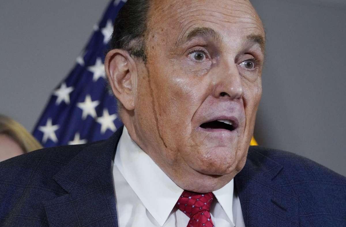 Bei einer Pressekonferenz am Donnerstag wich Donald Trumps Privatanwalt Rudy Giuliani die Farbe aus dem Haar. Foto: dpa/Jacquelyn Martin