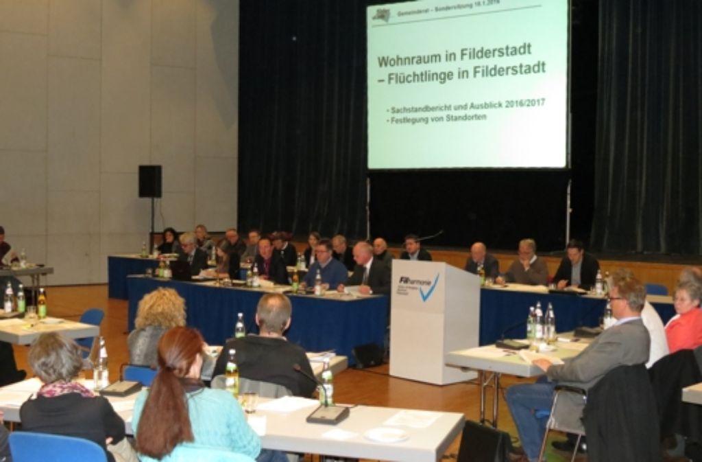 In einer Sondersitzung des Gemeinderats erklärte die Filderstädter Verwaltung ihre Flüchtlingspolitik. Foto: Häusser