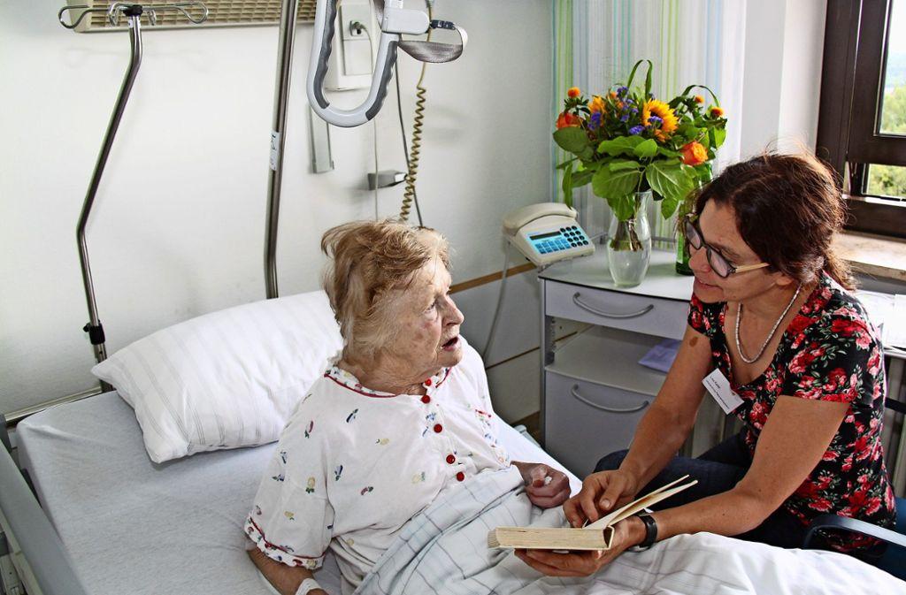 Mit  Zuwendung  und einem verständnisvollen Gespräch können den kranken Menschen  viele  Ängste genommen werden. Foto: privat