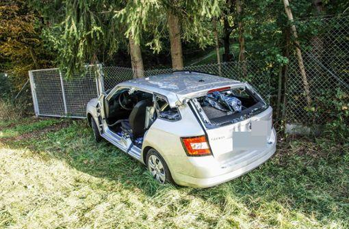 In Maschendrahtzaun gekracht – Autofahrer schwer verletzt