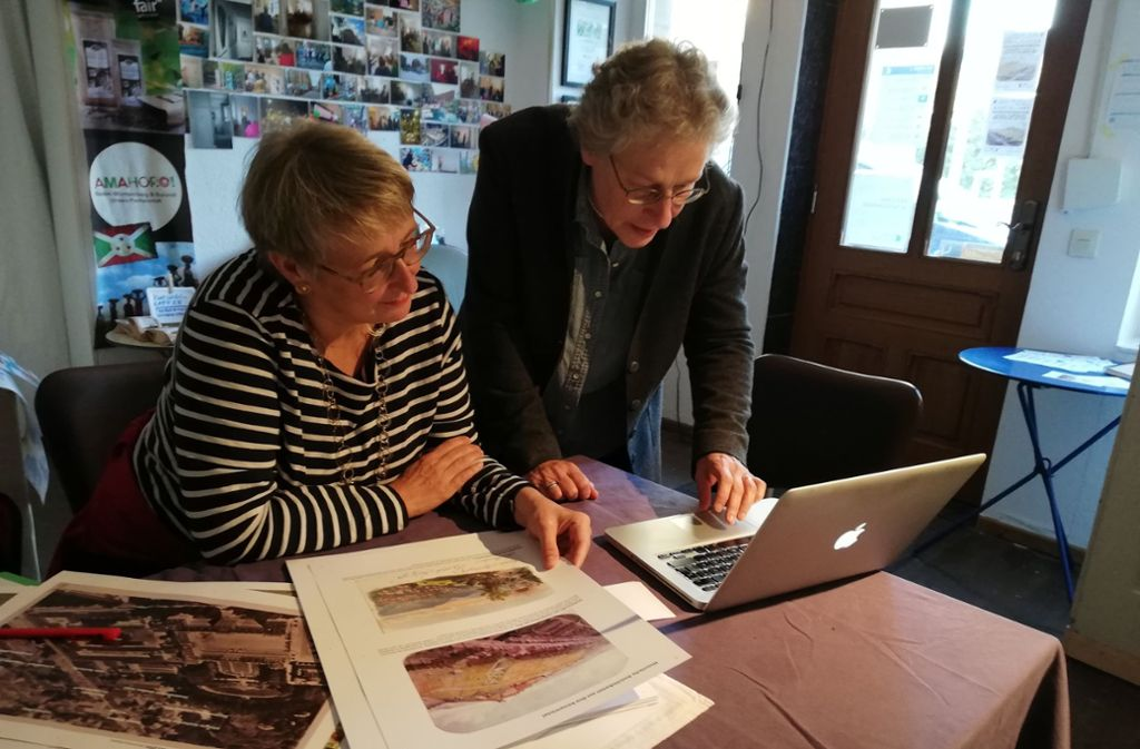 Michaela Klapka (links) und Claudia Heruday organisieren die Ausstellung mit Postkarten, die Klapka zum Teil selbst gesammtelt hat. . Foto: Cedric Rehman